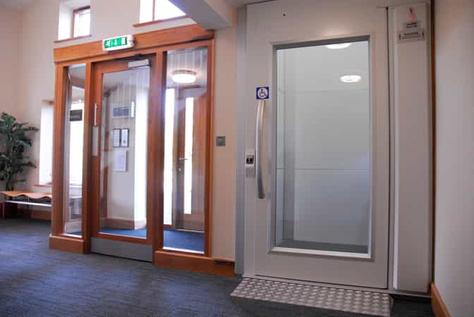 Axess 2 screw lift with swing door