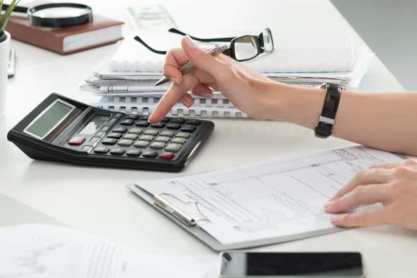 Plano aproximado de mulher contabilista ou banqueiro efectuar iStock 000077046113 Small - CONTRACTORS: HOW TO COMMUNICATE BETTER WITH YOUR CLIENTS